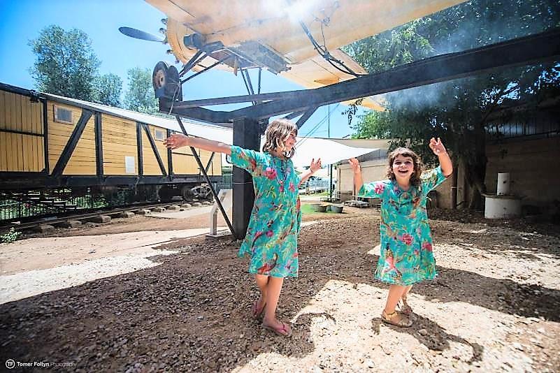 ילדות רוקדות מתחת למטוס הריסוס